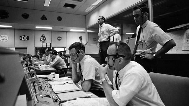 Opérateurs dans le QG d'une base de lancement